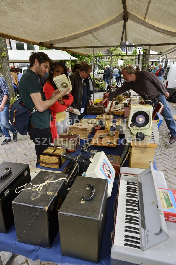 Collectors at the flee market on the Noordermarkt - Adam Szuly Photography
