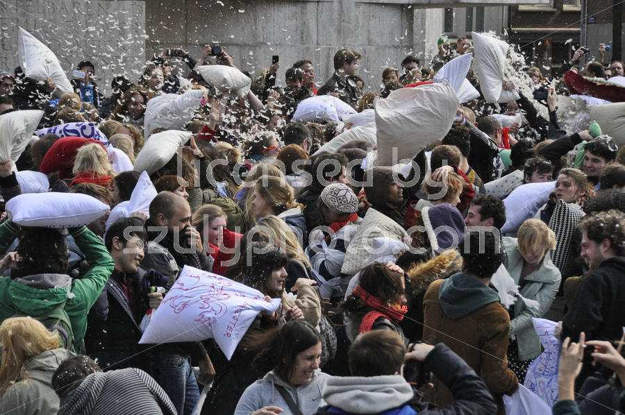 The crowded pillow fight in Amsterdam - Adam Szuly Photography
